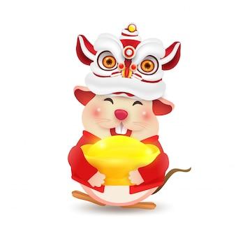 Kleine ratte oder maus führt chinese new year lion dance durch. isoliert.