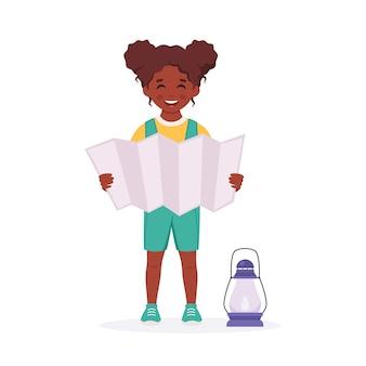 Kleine schwarze pfadfinderin mit karte camping sommer kindercamp