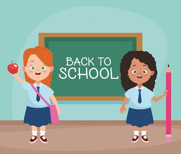 Kleine studentinnen mit uniformen