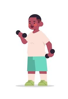 Kleiner afroamerikanerjunge, der körperliche übungen mit kurzhanteln des gesunden lebensstils kindheitskonzept in voller länge isolierte vertikale vektorillustration tut