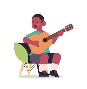 Kleiner afroamerikanischer junge, der gitarre kindheitskonzept in voller länge isolierte vektorillustration spielt