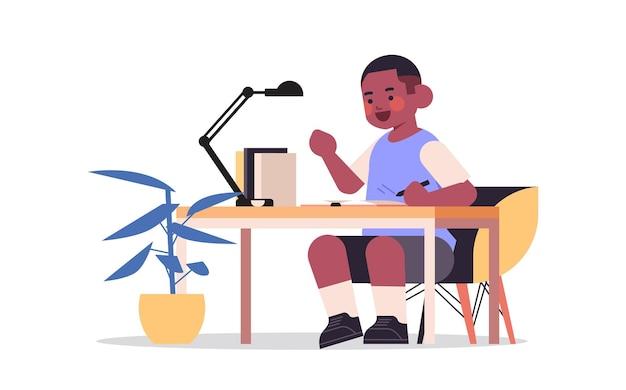 Kleiner afroamerikanischer junge, der schulhausaufgabenaufklärungskindheitkonzept in voller länge horizontale vektorillustration studiert und tut
