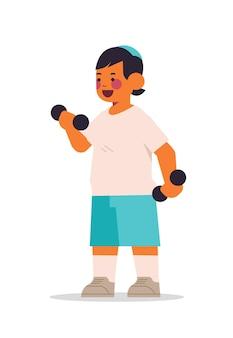 Kleiner arabischer junge, der körperliche übungen mit hanteln des gesunden lebensstils kindheitskonzept in voller länge isolierte vertikale vektorillustration tut