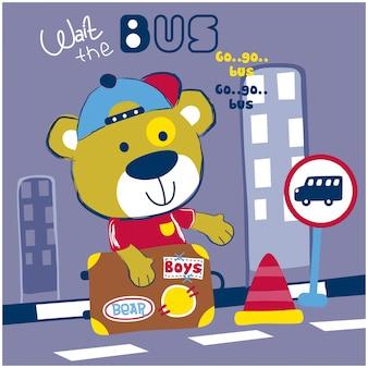Kleiner bär warten den bus in der lustigen tierkarikatur der stadt