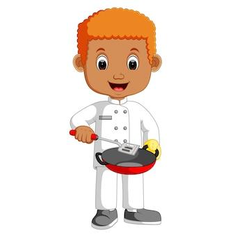 Kleiner chef cartoon mit bratpfanne