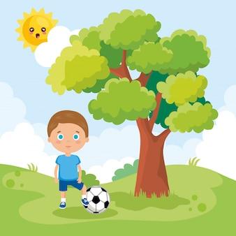 Kleiner junge, der auf dem park spielt