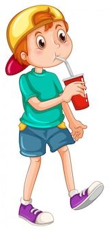 Kleiner junge, der aus einer tasse trinkt