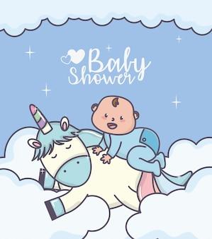 Kleiner junge der babyparty auf niedlicher einhornwolkenkarte