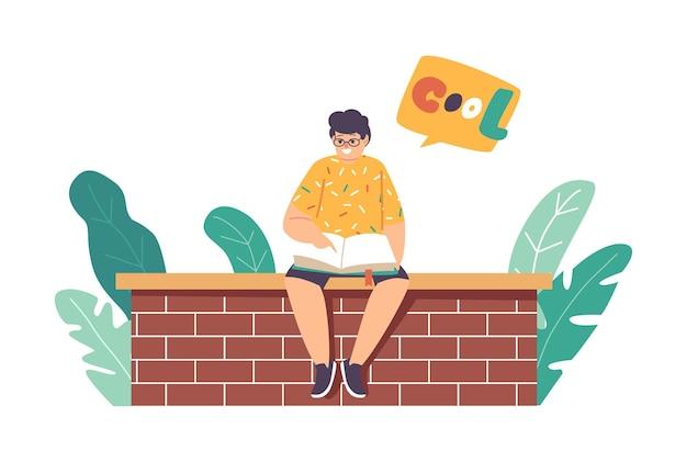 Kleiner junge, der ein buch liest, das auf einer mauer sitzt, kindercharakter studiert, klassen im freien lernt. schulkindbildung, smart schoolboy child engagieren wissenskonzept. cartoon-vektor-illustration
