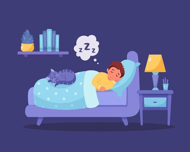 Kleiner junge, der in seinem schlafzimmer mit gesundem schlaf der katze schläft