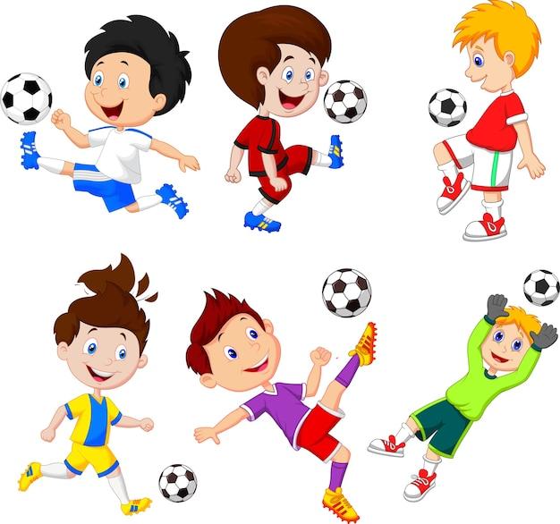 Kleiner junge der karikatur, der fußball spielt