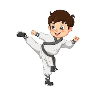 Kleiner junge der karikatur, der karate übt