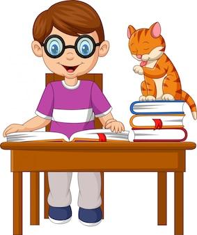 Kleiner junge der karikatur, der mit einer katze studiert