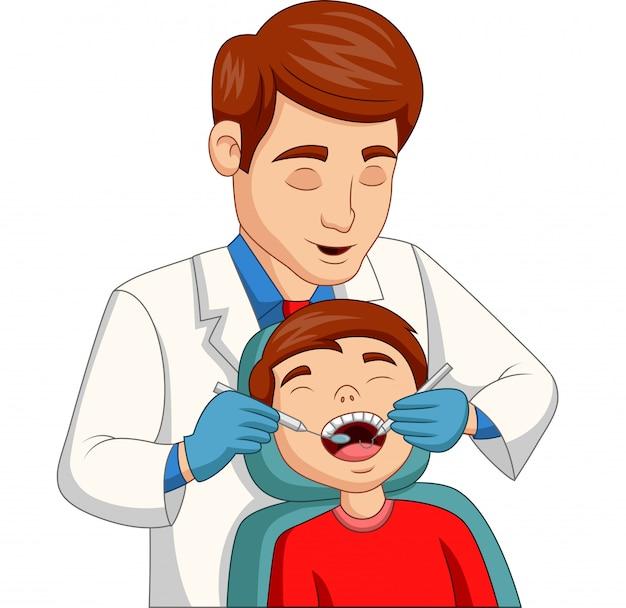 Kleiner junge der karikatur, der seine zähne vom zahnarzt überprüfen lässt