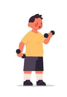 Kleiner junge, der körperliche übungen mit hanteln gesunden lebensstil kindheitskonzept in voller länge isolierte vertikale vektorillustration tut