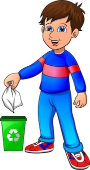 Kleiner junge, der organischen abfall aufbereitet