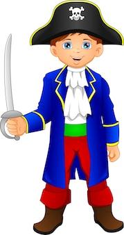 Kleiner junge, der piratenpustome trägt