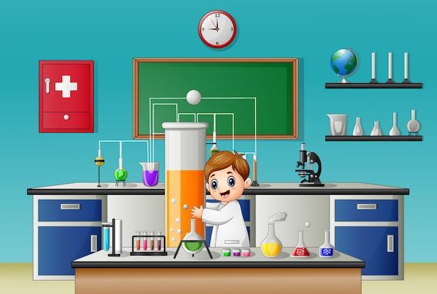 Kleiner junge, der reagenzglas im chemischen labor hält