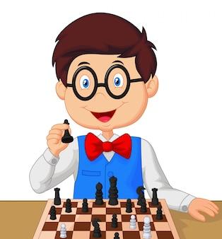 Kleiner junge, der schach spielt