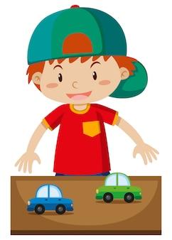 Kleiner junge, der spielzeugautos spielt