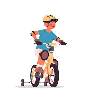 Kleiner junge im helm reiten fahrrad kindheitskonzept in voller länge isoliert vertikale vektor-illustration