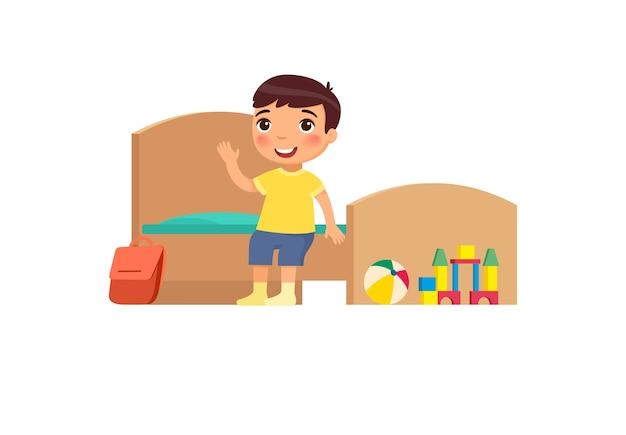 Kleiner junge im sauberen schlafzimmer. nettes kind, das auf bett im ordentlichen raumkarikaturcharakter sitzt. ordentliches kind im organisierten innenraum. hausreinigung und hygiene