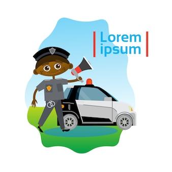 Kleiner Junge Polizist über Polizeiwagen