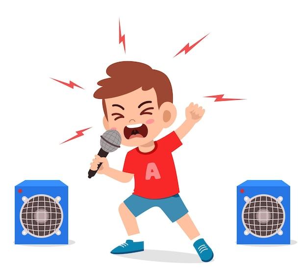 Kleiner junge singt ein lied auf der bühne und schreit