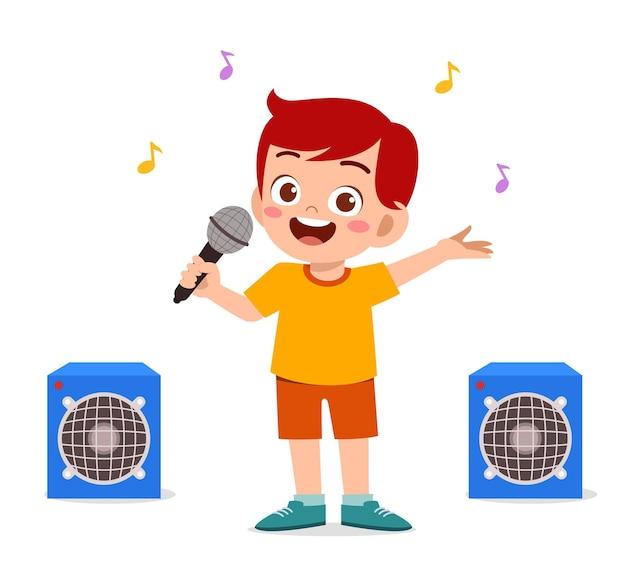 Kleiner junge singt ein schönes lied auf der bühne