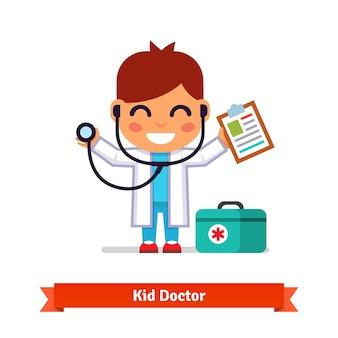 Kleiner junge spielt arzt mit einem stethoskop