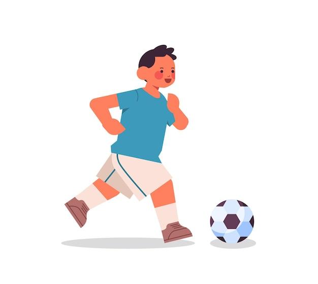 Kleiner junge spielt fußball gesunder lebensstil kindheitskonzept in voller länge isoliert vektor-illustration