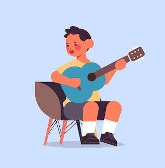 Kleiner junge spielt gitarre kindheitskonzept vektorillustration in voller länge