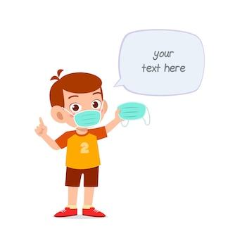 Kleiner junge trägt maske und warnt vor viren