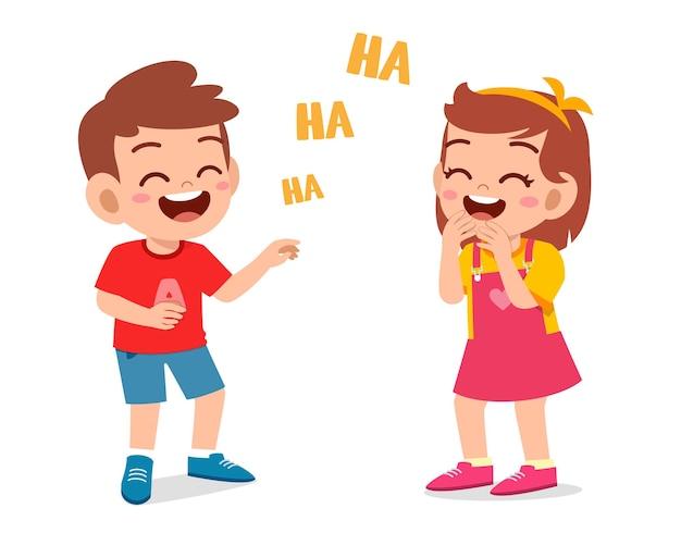 Kleiner junge und kleines mädchen lachen zusammen