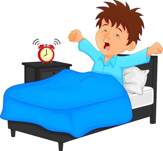 Kleiner junge wache morgens auf