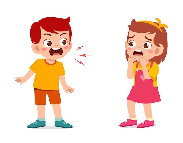 Kleiner junge wütend und schreien zu kleinem mädchen