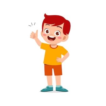Kleiner junge zeigt zustimmung mit daumen hoch handgeste