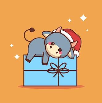 Kleiner ochse, der auf geschenkbox liegt glückliches chinesisches neues jahr 2021 grußkarte niedliche kuhmaskottchen-zeichentrickfigur in voller länge vektorillustration