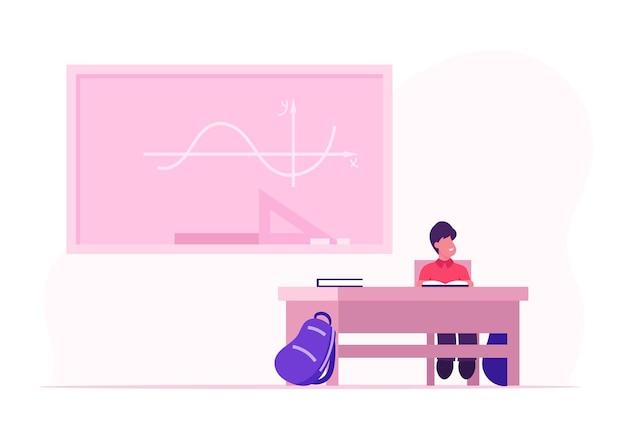 Kleiner schüler sitzt am schreibtisch mit offenem lehrbuch und rucksack auf dem boden vor der tafel mit mathematik-unterrichtsgraphen. karikatur flache illustration