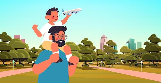 Kleiner sohn, der spielzeugflugzeug hält und auf vaters schultern sitzt, die vaterschaftskonzeptvater gehen, der mit seinem kind in der horizontalen vektorillustration des stadtparkporträts geht