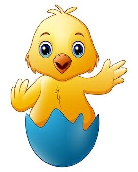 Kleines babyhuhn der karikatur in der blauen defekten eierschale