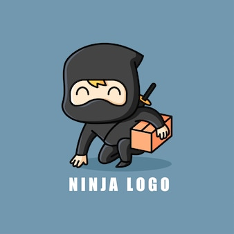 Kleines glückliches gesicht ninja bringt eine paketkasten mit. mascot logo.