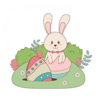 Kleines kaninchen mit dem ei gemalt im garten