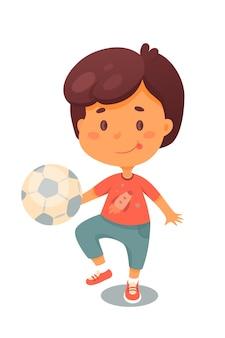 Kleines kind, das ball niedliches kind tritt, das fußball draußen spielt