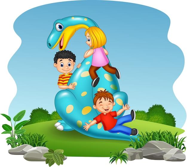 Kleines kind der karikatur, das auf dem dinosaurier spielt
