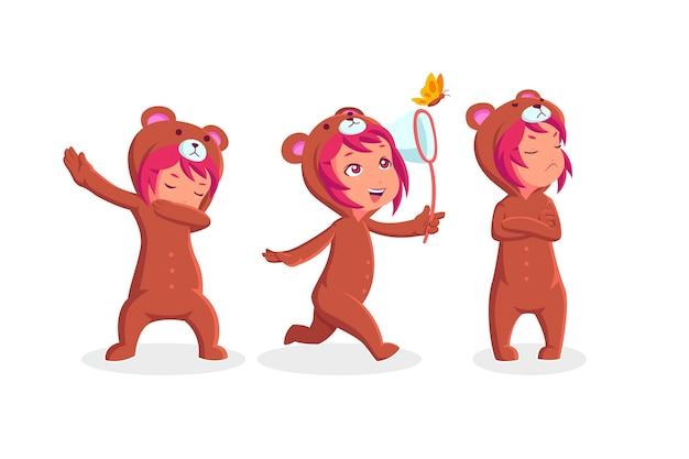 Kleines mädchen, das bärenkostümkollektion in verschiedenen aktionen trägt