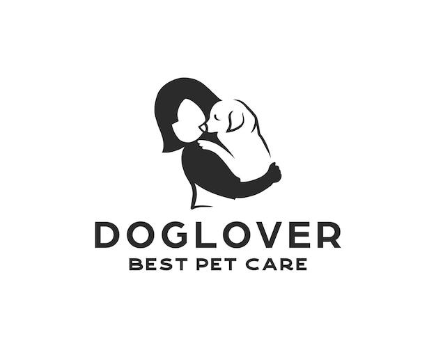 Kleines mädchen, das eine minimalistische logodesignschablone des hundes hält. negativer weltraum-logo-stil