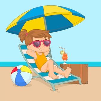 Kleines mädchen, das sonne auf sunlounger mit regenschirm genießt