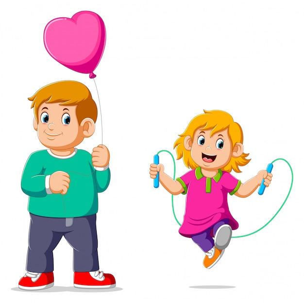Kleines mädchen, das springseil mit ihrem tragenden ballon des bruders tut