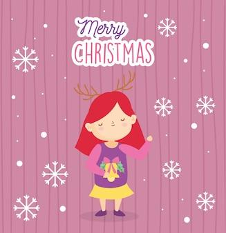 Kleines mädchen der frohen weihnachten mit goldglocke und hässlicher strickjacke